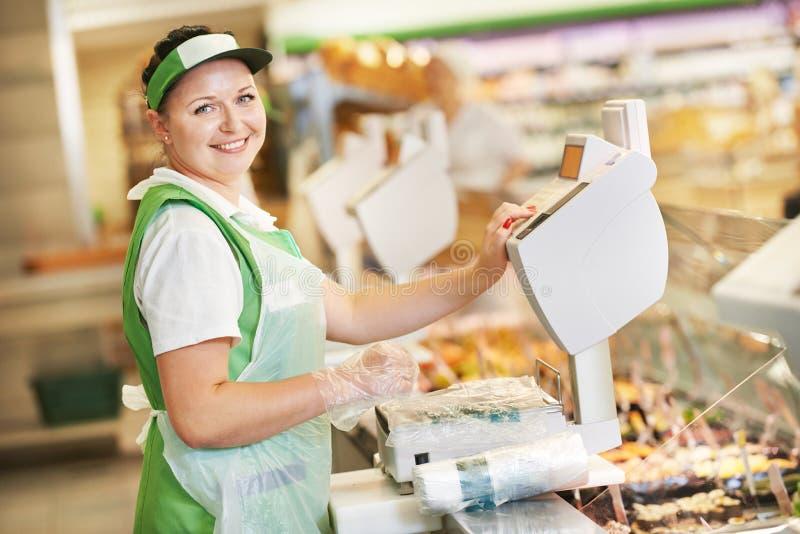 Продавщица в магазине супермаркета стоковые изображения