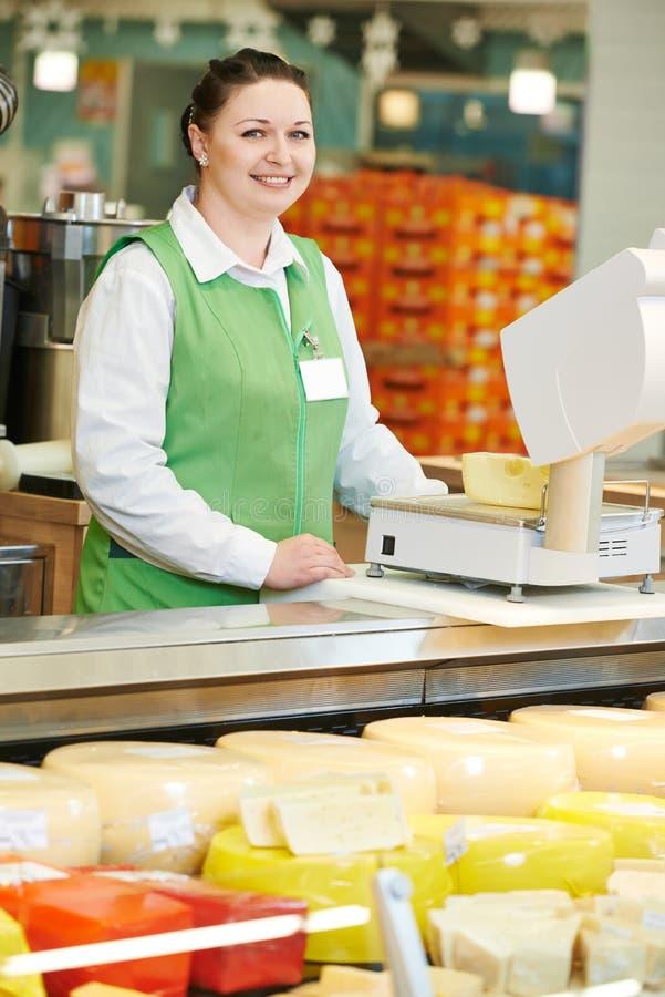 Продавщица в магазине супермаркета стоковые фото