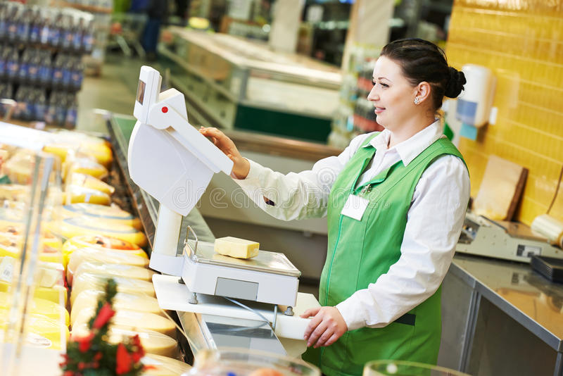 Продавщица в магазине супермаркета стоковая фотография