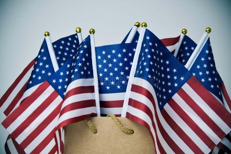 Продажа Дня памяти погибших в войнах текста и американские флаги стоковые изображения