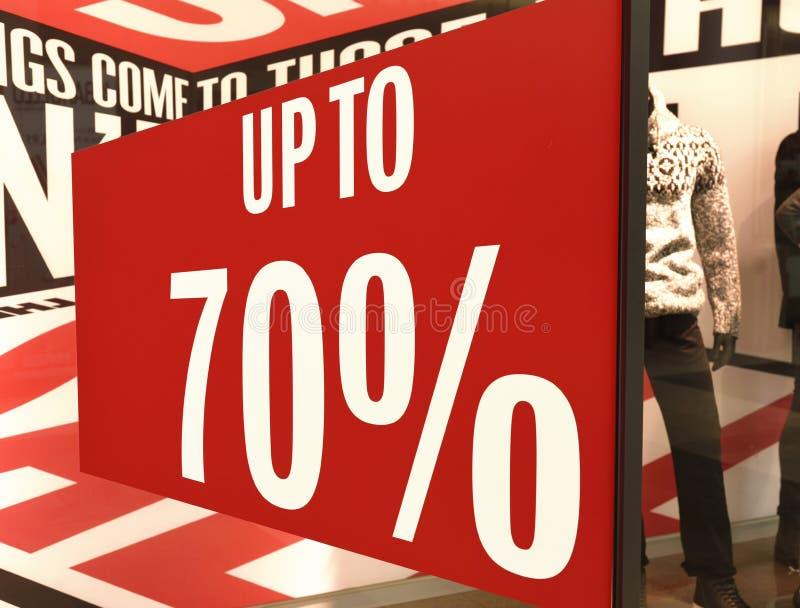 Продажа подписывает внутри окно магазина стоковая фотография