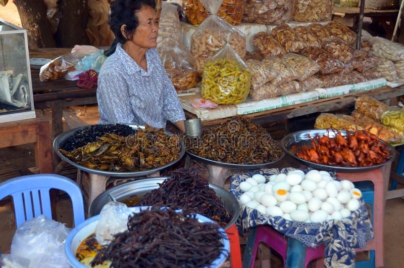 Продажа людей зажарила черепашок, пауков, сверчков стоковое фото rf