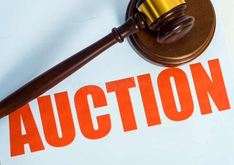 Продайте знак и мушкел с аукциона на белой предпосылке стоковое фото rf