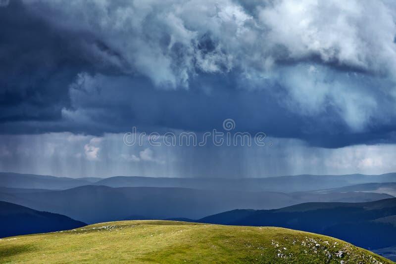 Проливной дождь в горах стоковое изображение rf