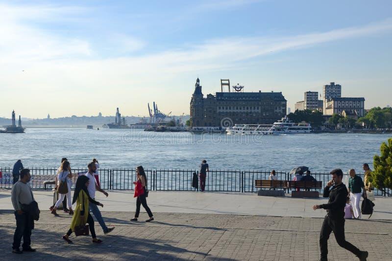 Пролив Стамбула, вокзала пристани Kadikoy, Haydarpasa и f стоковое изображение rf
