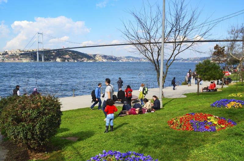 Пролив Стамбула людей на пляже наслаждаясь весной стоковая фотография rf