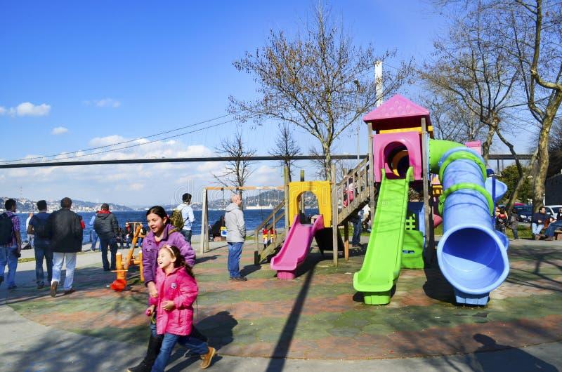 Пролив Стамбула людей на пляже наслаждаясь весной стоковые изображения