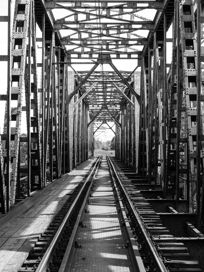 Проложите рельсы длина через реку на стальном мосте стоковые фотографии rf