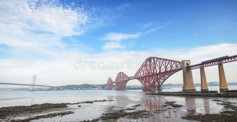 Проложите рельсы мост над лиманом вперед, пересекающ между файфом и Эдинбургом на сумраке стоковая фотография