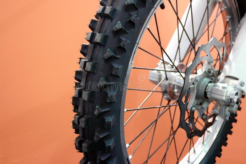 Проломы покрышки и диска велосипеда Motocross в крупном плане стоковые изображения rf
