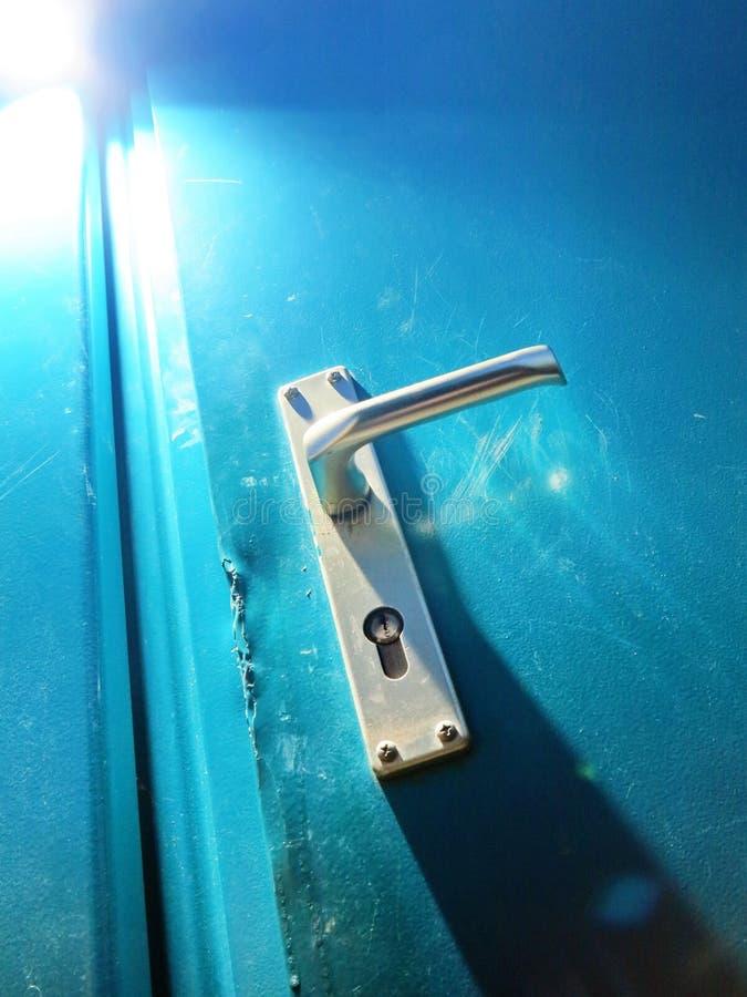 Пролом ручки двери внутри стоковое фото