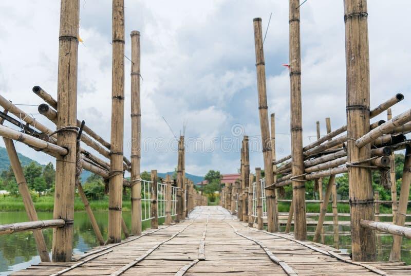 Продолжительный бамбуковый мост стоковые изображения rf