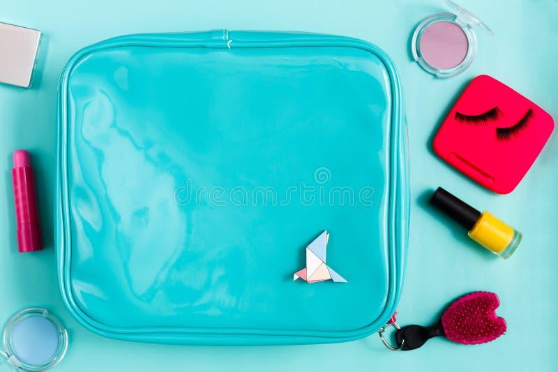 Продукты красоты, косметическая сумка с предметами первой необходимости стоковые фото