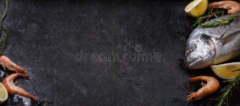 Продукт моря на черной деревенской предпосылке стоковая фотография rf