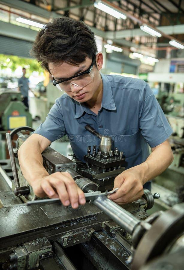 Продукт осмотра заводской рабочий стоковые изображения rf