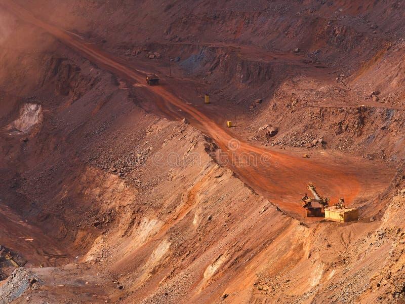 Продукция железной руды в красном карьере стоковые изображения