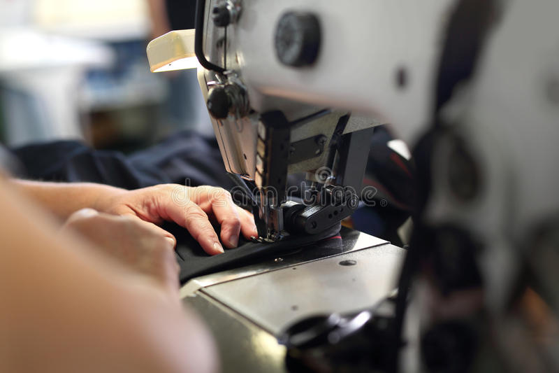 Продукция одежд, шить на машине стоковое изображение