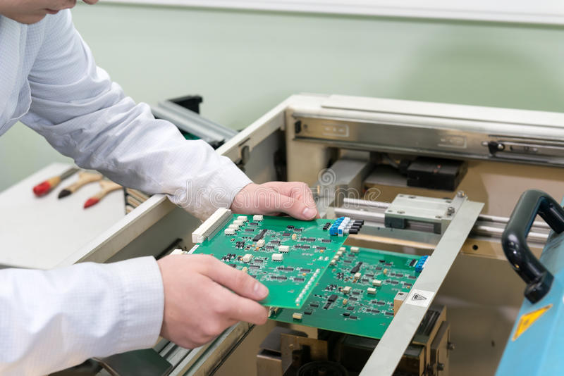 Продукция электронных блоков на высокотехнологичном стоковое фото