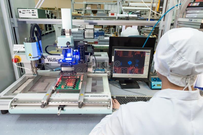 Продукция электронных блоков на высокотехнологичном стоковые фото