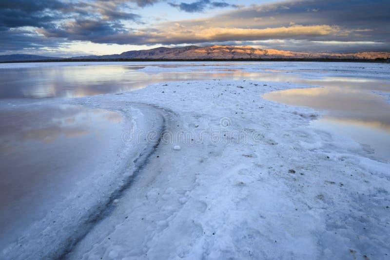 Пруд соли на заходе солнца стоковые изображения