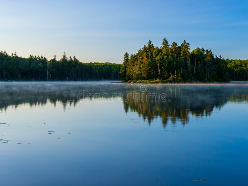 Пруд Bourne, зеленые горы, озеро лес Вермонта, отражение голубого неба стоковое изображение