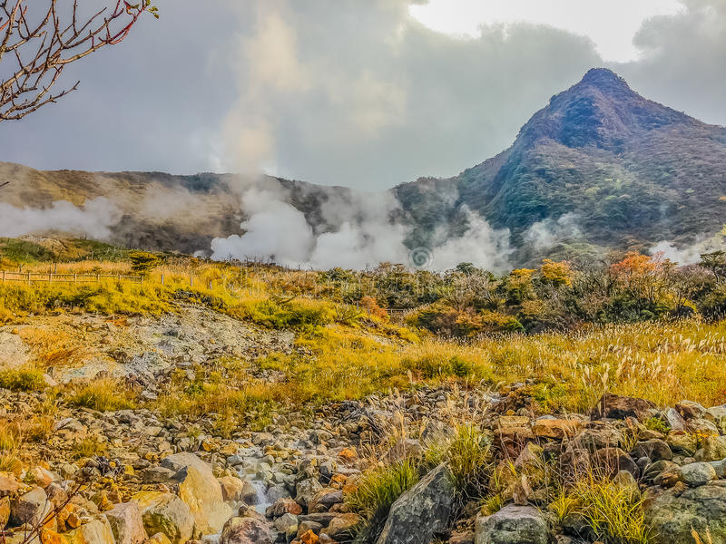 Пруд горячего источника Owakudani с туманными и активными сбросами серы стоковые изображения rf