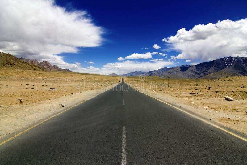Прямая дорога в Leh Ladakh стоковое фото