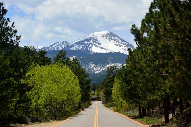 Прямая дорога указывая к снегу покрыла гору Copeland в Ro стоковые фотографии rf