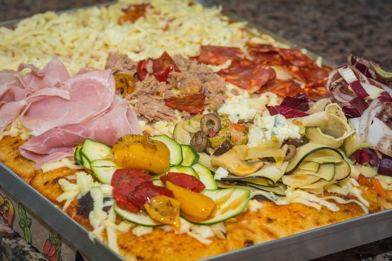 Прямоугольная форма и толстая ручной работы пицца focaccia Еда, итальянская кухня и концепция варить Подготовка итальянской пиццы стоковые изображения