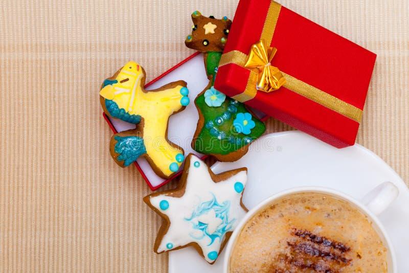 Пряник белого кофе чашки handmade испечет подарочную коробку. Рождество. стоковые изображения