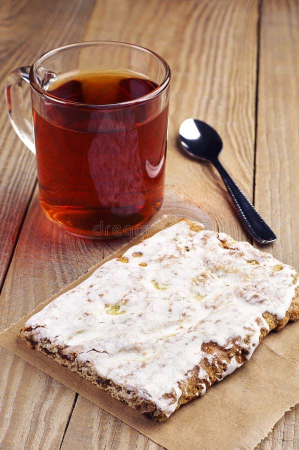 Download Пряник и чашка чаю стоковое фото. изображение насчитывающей аппетитные - 40587430