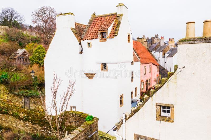 Пряник как Белый Дом с каминами на оранжевой крыше плитки в городке Culross в Шотландии стоковое изображение rf