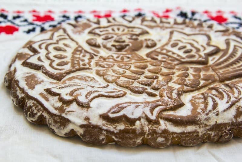Пряник напечатанный в белых полотенцах с рук-вышитый стоковые изображения rf