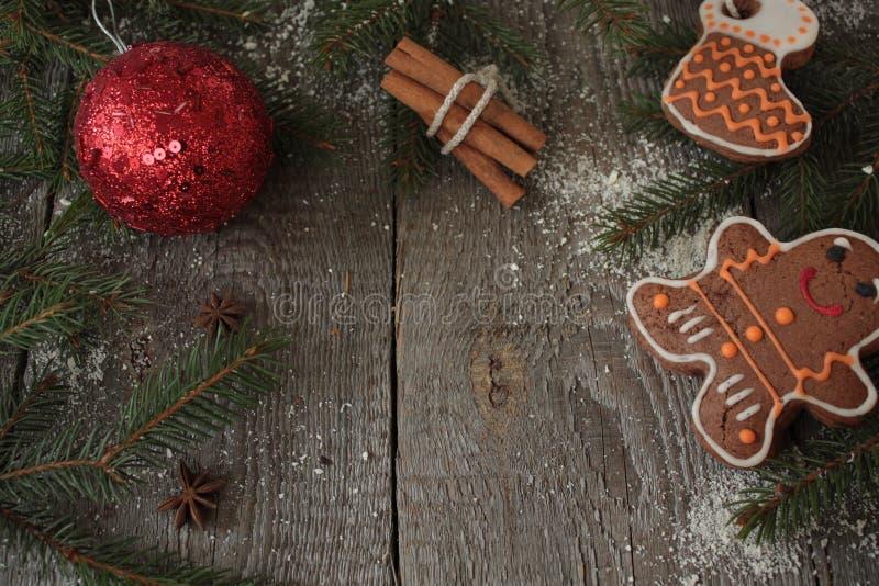 Пряник, орнамент рождества, ель, снег на деревянной предпосылке, циннамон, стоковая фотография