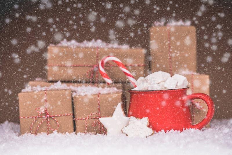 Пряник рождества в подарочной коробке и горячем шоколаде стоковое изображение