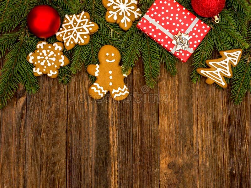 Пряник С Новым Годом! и веселое рождества на деревянной предпосылке ароматичные специи gingerbread печений рождества выпечки Дела стоковые изображения rf