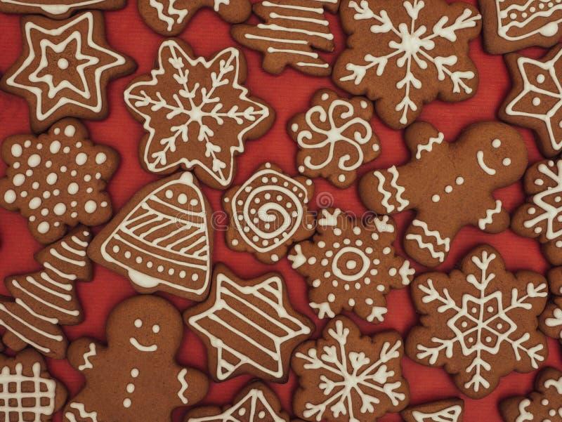 Пряник С Новым Годом! и веселое рождества на красной предпосылке ароматичные специи gingerbread печений рождества выпечки Делать  стоковое изображение
