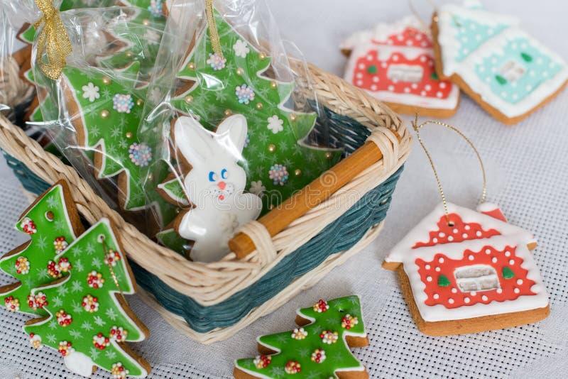 Пряник ` s Нового Года украшенный с замороженностью в корзине Печенье пряника рождества домодельное в плетеной корзине стоковое фото