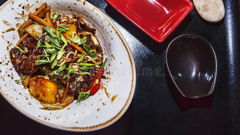 Пряное мясо с смешанными овощами в японской таблице стоковое фото rf
