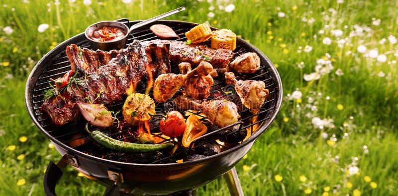 Пряные запасные нервюры и приготовление на гриле цыпленка на BBQ стоковое изображение rf