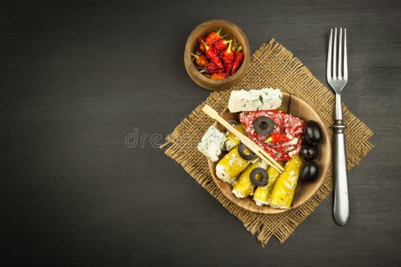 Пряные перцы заполненные с голубым сыром Чили и сыр Рекламировать на пряных деликатесах Примечания к зажаренным мяс стоковая фотография