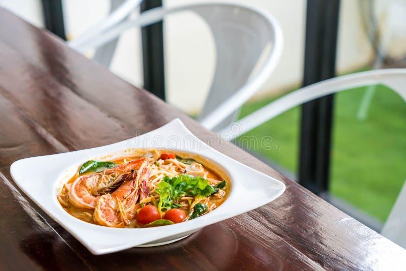 пряные спагетти с креветкой (kung Tom yum стоковая фотография