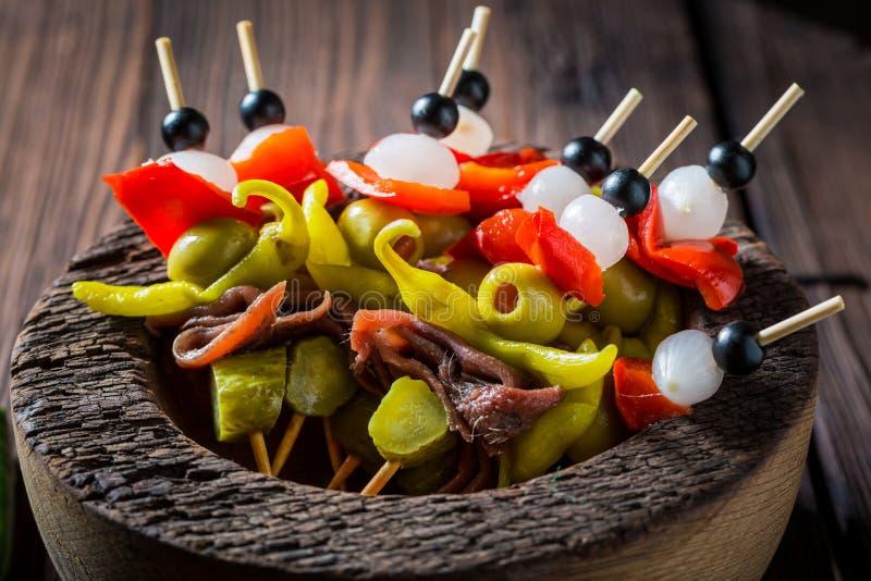 Пряные banderillas с перцами, оливками и камсами для партии стоковое фото