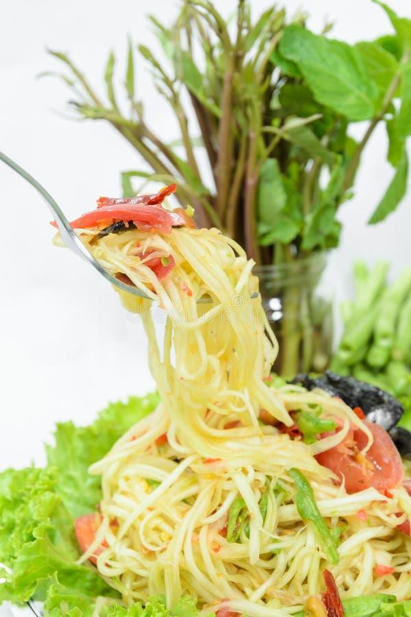 Пряный зеленый салат или Somtum папапайи на белой предпосылке, тайском foo стоковые изображения rf