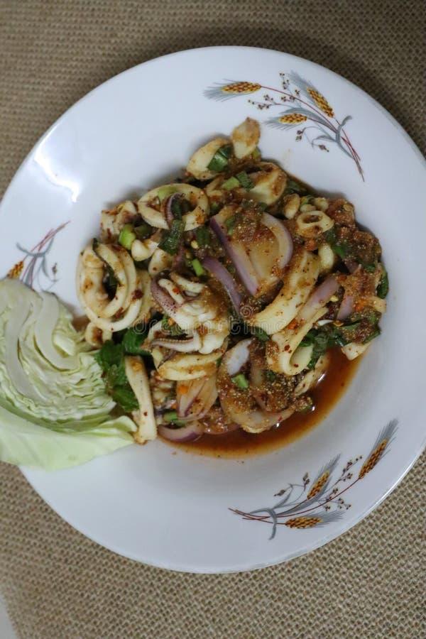 Пряный кальмар, пряная Тайская кухня с плитами стоковое фото rf
