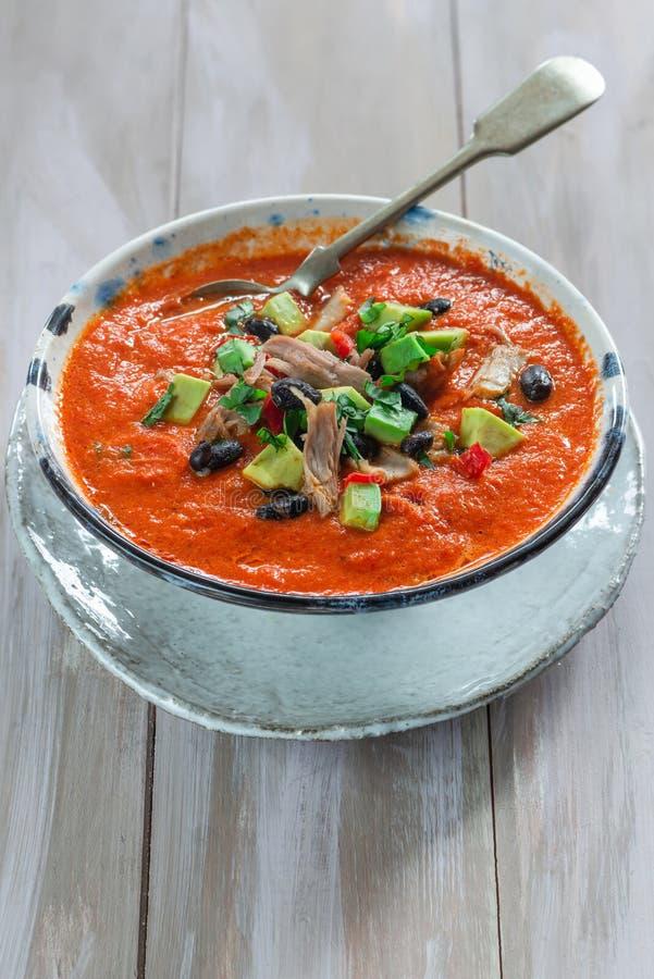 Пряный мексиканский суп жареного цыпленка и томата с черными фасолями стоковое фото rf