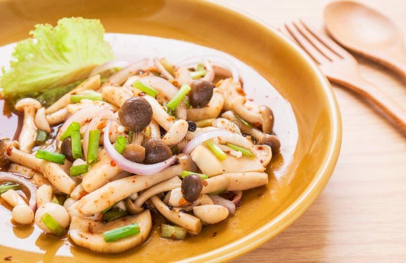 Пряный салат гриба на плите, тайской еде стоковая фотография rf
