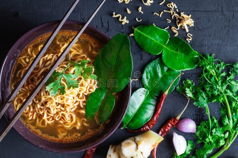 Пряный суп и овощи немедленных лапшей на черной предпосылке стоковое фото rf