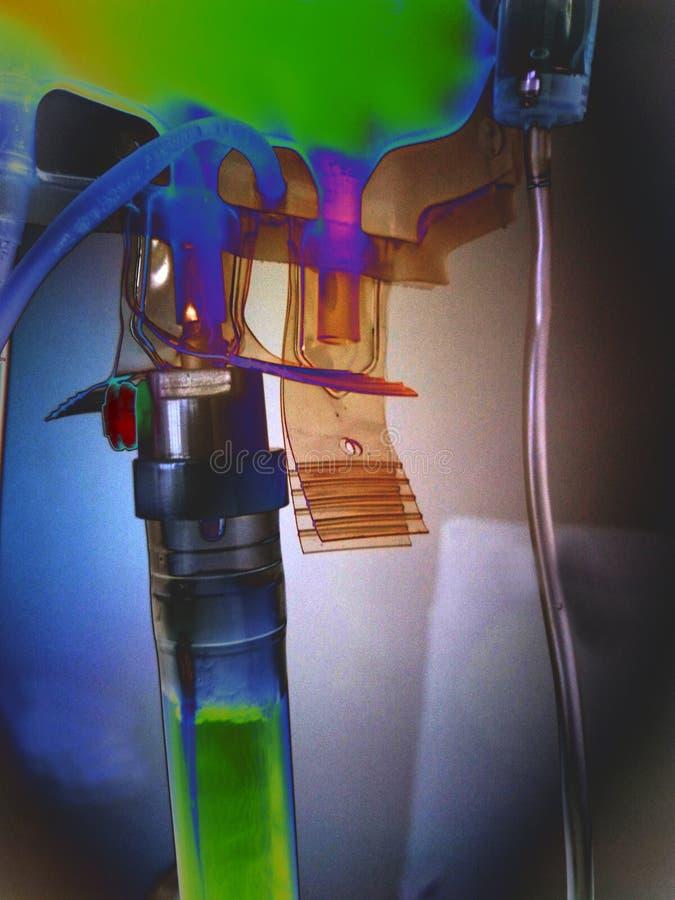 психоделическая кисловочная система капельниц в больнице для трансфузии крови plasminto стоковое фото