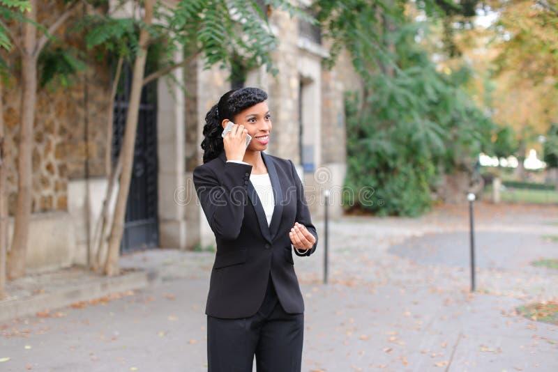 Психолог агенства замужества говоря на smartphone в парке стоковые фото